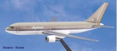 Asiana Airlines Boeing 767-300 1/200 scale desk model Long Prosper